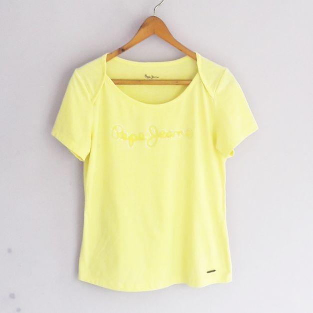 Polo amarillo con logo de marca  (#33THRIFTSHOP)