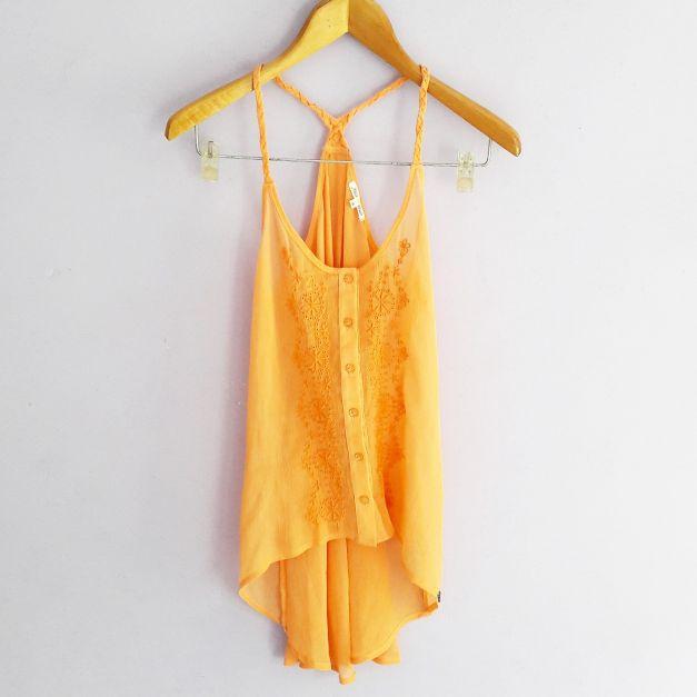Polo de tiras naranja con bordado en el pecho