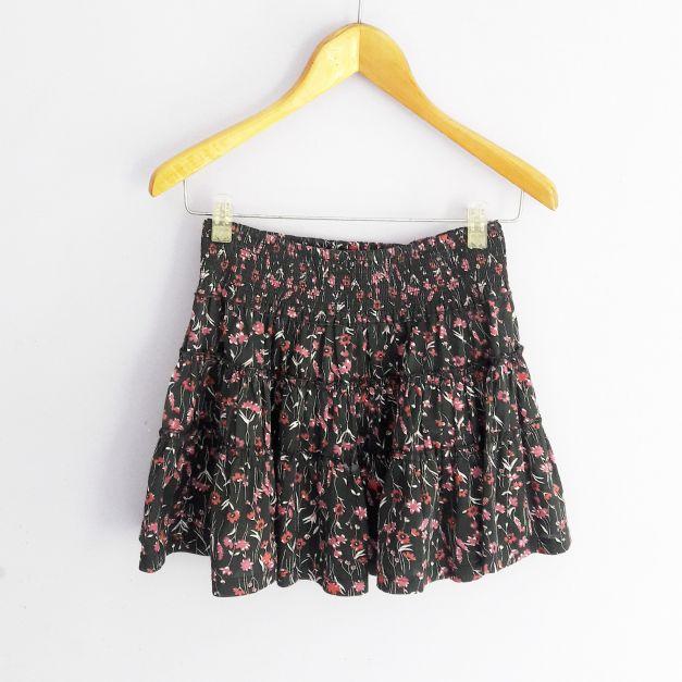 Falda negra con estampado de flores