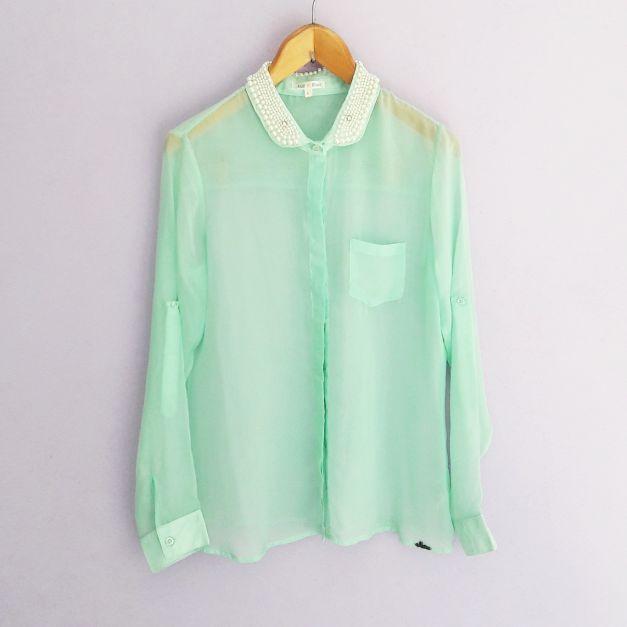 Blusa transparente verde agua con pedreria en el cuello