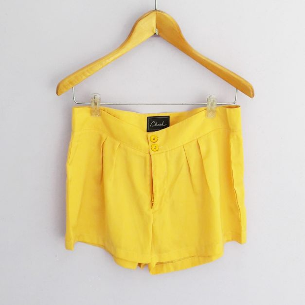 Short amarillo brilloso