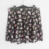 Falda negra con estampado de flores   (#33THRIFTSHOP)