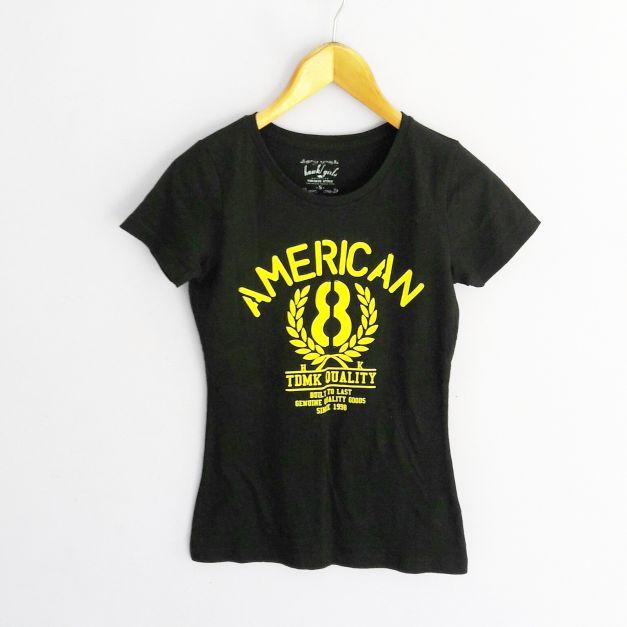 Polo negro  con estampado de letras amarillo