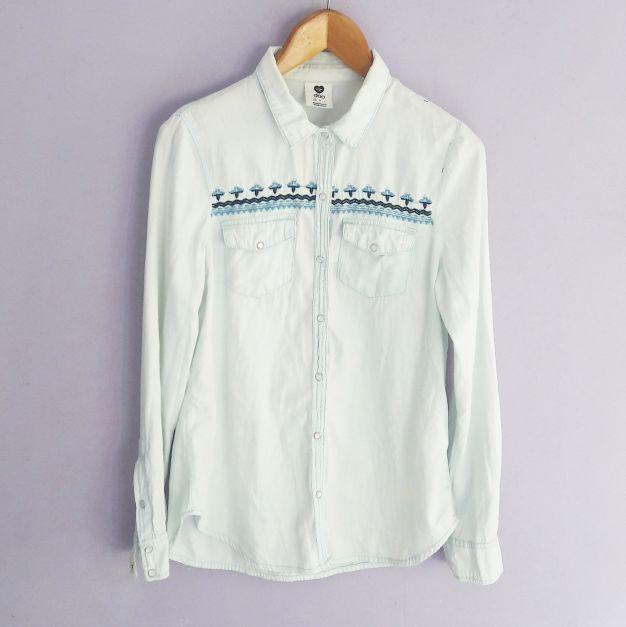 Camisa lavada con tejido en el pecho