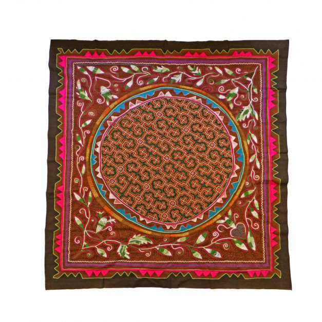 Textil bordado con diseño de chakruna